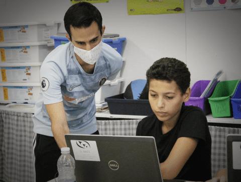 Initier les jeunes à l'IA dans les camps d'été