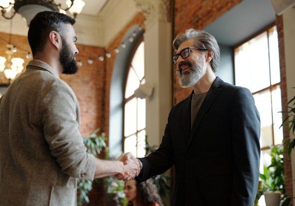 Affaires, business, poignée de mains. Crédit photo: Pexels/Edmond Dantès